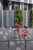 Женщины фитнеса бежать шаги Стоковые Фото
