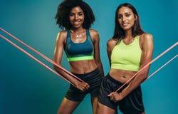 Женщины фитнеса работая с диапазоном сопротивления стоковые изображения