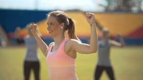 Женщины фитнеса спортсмена работая в стадионе outdoors тренирующ видеоматериал