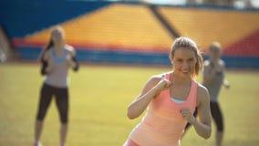 Женщины фитнеса спортсмена работая в стадионе outdoors тренирующ сток-видео