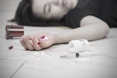 Женщины фокуса в наличии после съеденной передозировки пилюлек Стоковая Фотография RF