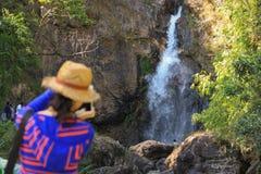 Женщины фотографируют водопад Стоковое Фото