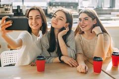 3 женщины фотографируют имея время совместно Стоковое Изображение RF