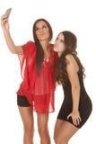 2 женщины фотографируют сторона поцелуя собственных личностей Стоковые Изображения