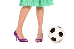 женщины футбола ног s шарика Стоковая Фотография