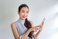 Женщины ходят по магазинам через мобильные приложения Счастливые молодые женские держа хозяйственные сумки и мобильный телефон Де стоковые фотографии rf