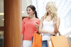 Женщины ходя по магазинам в моле Стоковые Изображения RF