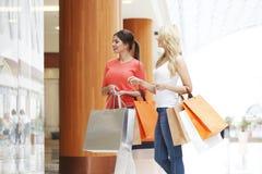 Женщины ходя по магазинам в моле Стоковые Фото