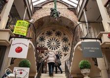 Женщины ходя по магазинам в викторианском моле shoppng Стоковые Фотографии RF