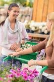 2 женщины ходя по магазинам в говорить садового центра Стоковые Изображения RF