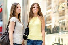 Женщины ходя по магазинам в городе Стоковое фото RF