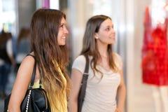Женщины ходя по магазинам в городе Стоковые Фото