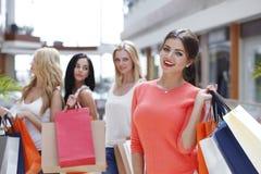 Женщины ходя по магазинам в моле Стоковая Фотография RF