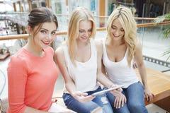 Женщины ходя по магазинам в моле Стоковая Фотография
