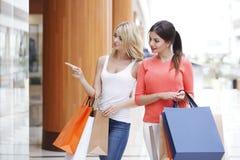 Женщины ходя по магазинам в моле Стоковые Изображения