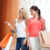 Женщины ходя по магазинам в моле Стоковые Фотографии RF