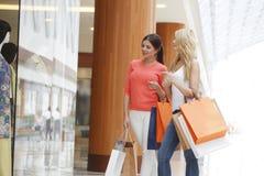 Женщины ходя по магазинам в моле Стоковое Изображение RF
