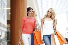 Женщины ходя по магазинам в моле Стоковое фото RF