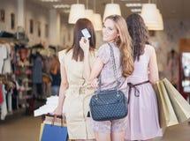 3 женщины ходя по магазинам совместно Стоковое Фото