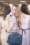 3 женщины ходя по магазинам совместно Стоковое Изображение RF