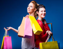 Женщины ходя по магазинам с сериями сумок на сини Стоковое Фото