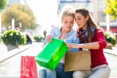 Женщины ходя по магазинам с сумками в городе Стоковые Изображения RF