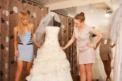 Женщины ходя по магазинам для платья свадьбы Стоковая Фотография