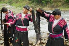 Женщины чистят щеткой и вводят волосы в моду в Longji, Китае Стоковые Изображения