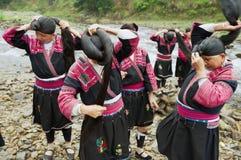 Женщины чистят щеткой и вводят волосы в моду в Longji, Китае Стоковое Фото