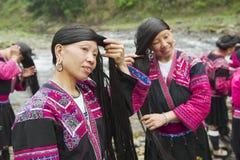 Женщины чистят щеткой и вводят волосы в моду в Longji, Китае Стоковое фото RF