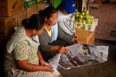 3 женщины читая газету Стоковые Фотографии RF