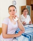 Женщины читая документы на таблице Стоковые Изображения