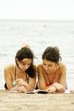 женщины чтения книги Стоковое Изображение RF