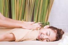 Женщины чувствуют хорошими получающ задний массаж Стоковая Фотография RF