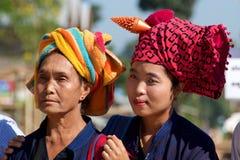 Женщины Шани в их традиционных головных обручах в озере Inle, Мьянме Стоковое Изображение RF