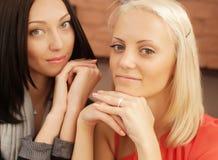 2 женщины шепча и усмехаясь Стоковое Изображение
