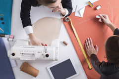 2 женщины шить на одном столе Стоковые Фотографии RF
