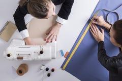2 женщины шить совместно в магазине портноя Стоковая Фотография RF