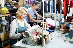 2 женщины шить с профессиональным оборудованием Стоковое Изображение RF