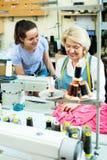 2 женщины шить с профессиональным оборудованием Стоковые Изображения RF