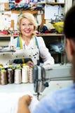 2 женщины шить с профессиональным оборудованием Стоковое Изображение