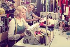 2 женщины шить с профессиональным оборудованием Стоковые Изображения