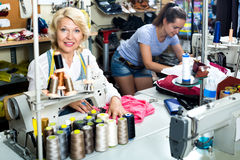 2 женщины шить с профессиональным оборудованием Стоковое фото RF