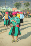 Женщины этнического меньшинства идут выйти на рынок Стоковое фото RF