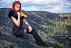 Женщины эльфа с пламенистыми волосами на природе Стоковые Фотографии RF
