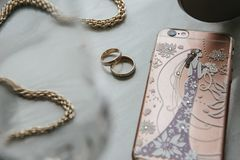 """Женщины \ """"аксессуары s на таблице Цепь, телефон, кольца на таблице стоковое фото rf"""