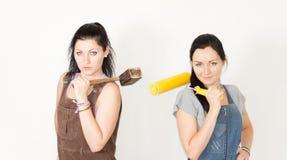 2 женщины DIY представляя с их инструментами Стоковая Фотография
