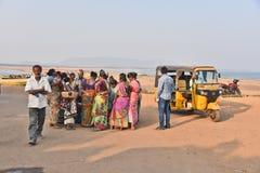 Женщины Fisher на пляже Bhimli в Vishakhpatnam стоковые изображения rf