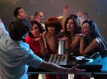 Женщины flirting с dj в ночном клубе Стоковые Изображения