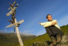 женщины hiker указывая стоковое фото